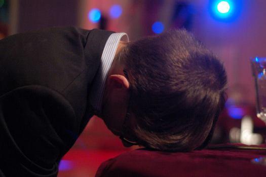 Tohtori Triletskiä (Joni Alanko) nukuttaa. Kuva: Esa Reinikainen.