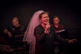 Esityksen elävän musiikin ovat säveltäneet Pekka Saukkonen ja Salla Markkanen. Kuvassa oikealla lisäksi esityksen kitaristi Ari Leskelä.