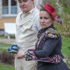 Otto ja Minna lenkillä (Severi Roivanen ja Johanna Hopia). Kuva: JP Korpi-Vartiainen.