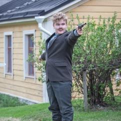 """""""Kaksi pistoolia! Saa nähdä kumpi meistä on se onnellinen!"""" Jean Sibelius (Severi Roivanen). Kuva: JP Korpi-Vartiainen."""