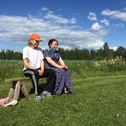 Nuoret pöljäläiset Niilo (Eerik Lappalainen) ja Maija (Veera Pölhö) Riuttalan talonpoikaismuseolla.