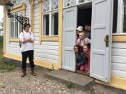Nuori merimies (Mika Ryynänen), oviaukossa Kati Ruuskanen, Juuli Eskelinen, Yaksan Shakir, Eveliina Paussoi, Veera Pölhö ja Minna Koponen.
