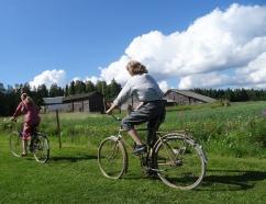 Kerttu (Minna Koponen) ja talonpojan poika Jaakko (Eerik Lappalainen) Riuttalan talonpoikaismuseolla. Kuva: Vesa Pasanen.