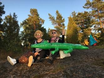 """""""Vähän on muhkurainen. Missä se vesi on?"""" Auringonpalvojat (Tanja Ruottinen ja Anne Puustinen) saapuvat Jakomäen muinaisrannalle."""