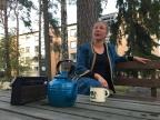 """""""Mä muistan aina sen päivän kun tänne muutettiin."""" Kuvassa Jakomäen alkuperäisasukkaan roolissa Mari Mäki."""